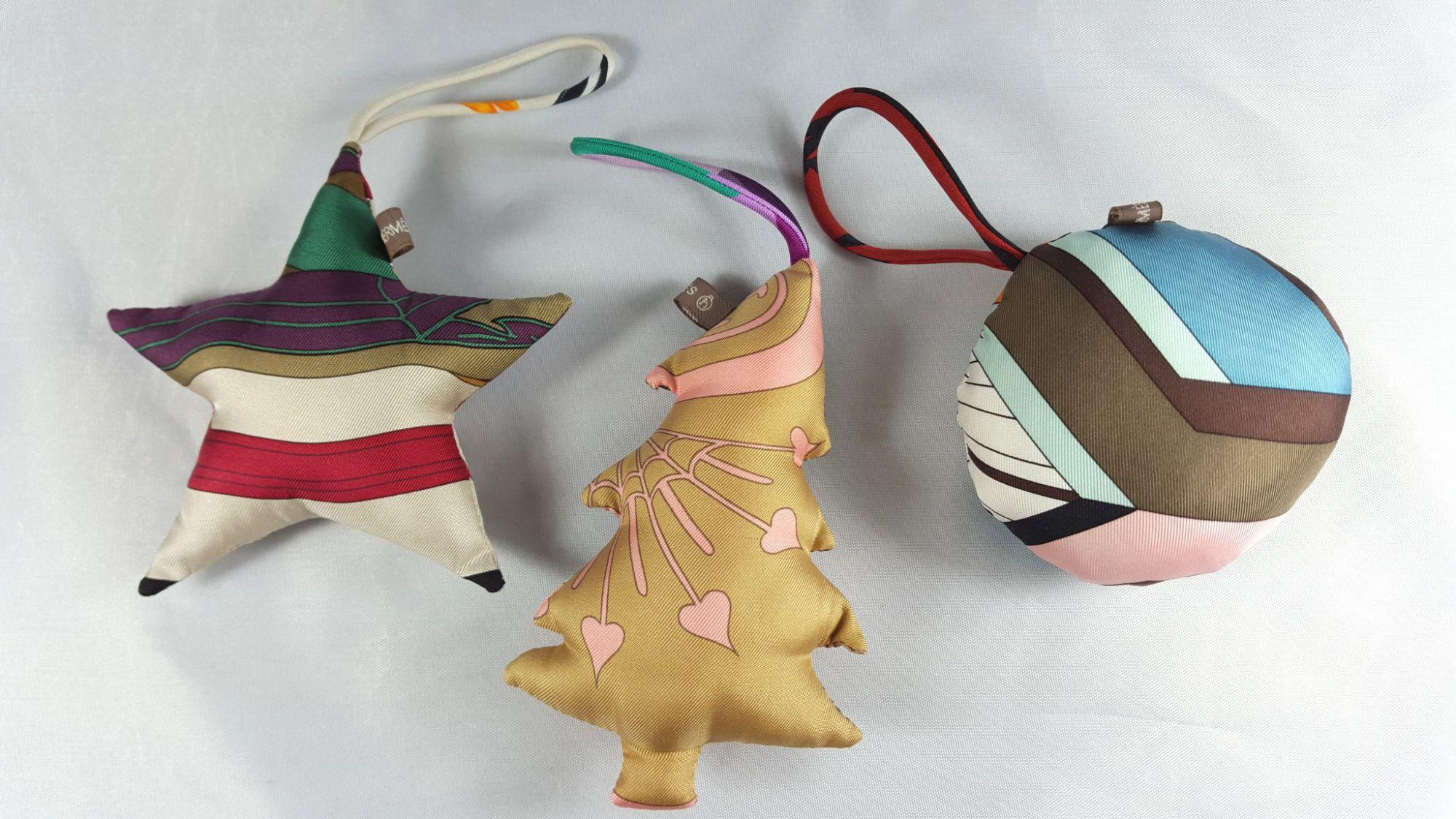 Trois boules de Noël Hermès Petit H en soie