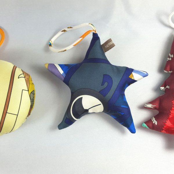 3 Boules de Noël Hermès petit H en soie multicolore