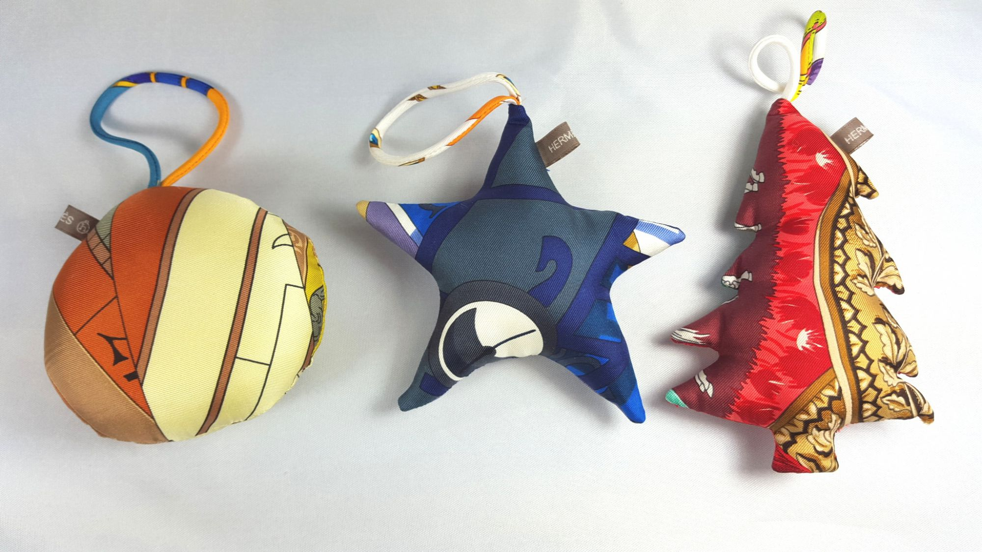 3 Boules de Noël Hermès petit H en soie multicolore3 Boules de Noël Hermès petit H en soie multicolore